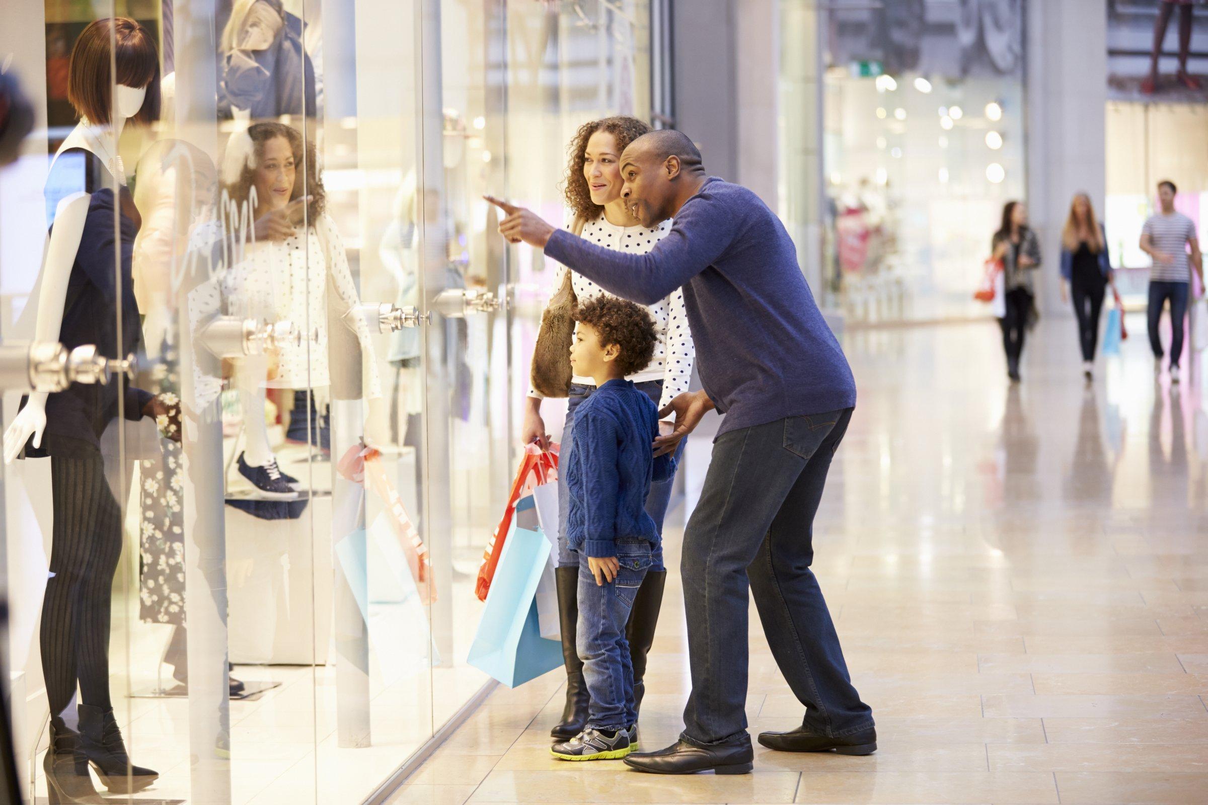 7431c05579a 53 procent af dansker vil fortsat hellere handle i fysiske butikker, hvor  man kan prøve varen, inden man køber den, fremfor online.